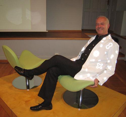 Seniorkonservator ved Nasjonalmuseet Widar Halén synes å like seg  i en av Geir Sætveits stoler