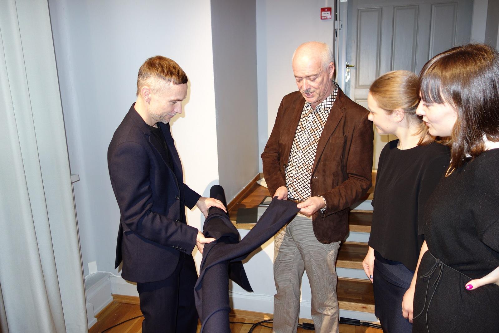 Nasjonalmuseets Widar Halén tar en titt på kunsthåndverkerens arbeider sammen med designprisvinnerne Åshild Kyte og Vera Kleppe