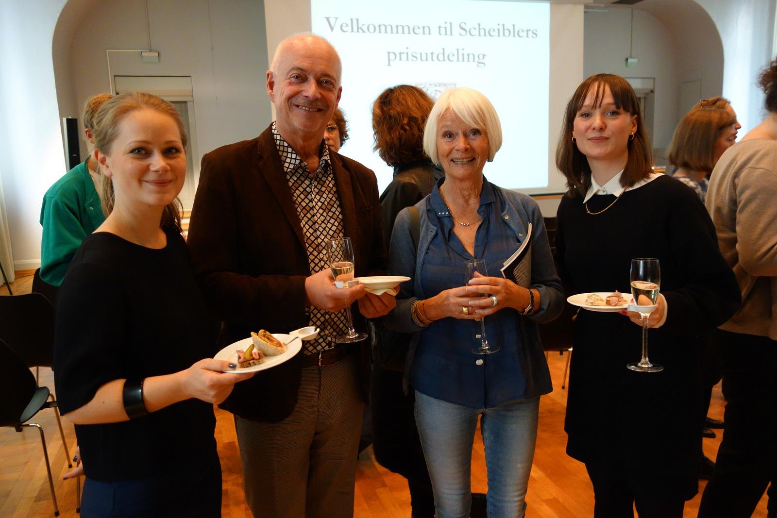 Nasjonalmuseets Widar Halén sammen med Sissel Benneche Osvold fra styret i Stiftelsen Scheibler og prisvinnerne
